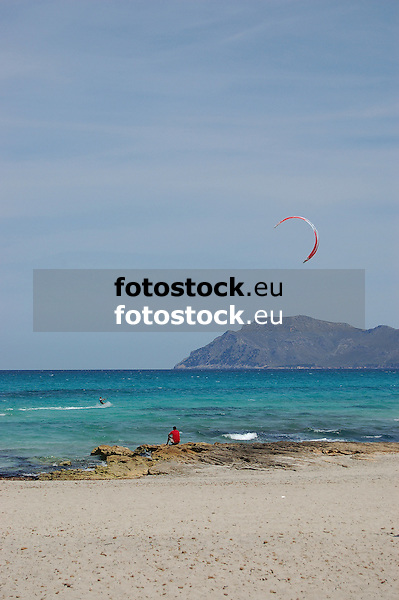 Kite surfer at the beach in Son Serra de Marina<br /> <br /> Kite surfer en la playa de Son Serra de Marina<br /> <br /> Kite-Sufer am Strand von Son Serra de Marina<br /> <br /> 3779 x 2513 px