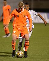 ENVIGADO- COLOMBIA -13-09-2015: George Sanders (Izq.) jugador de Envigado FC disputa el balón con Omar Duarte (Der.) jugador de Atletico Huila, durante  partido Envigado FC y Atletico Huila por la fecha 12 de la Liga Aguila II 2015, en el estadio Polideportivo Sur de la ciudad de Envigado. /  George Sanders (L) player of Envigado FC, fights for the ball with Omar Duarte (R) player of Atletico Huila, during a match Envigado FC and Atletico Huila for the date 12 of the Liga Aguila II 2015at the Polideportivo Sur stadium in Envigado city. Photo: VizzorImage / Leon Monsalve / Cont.