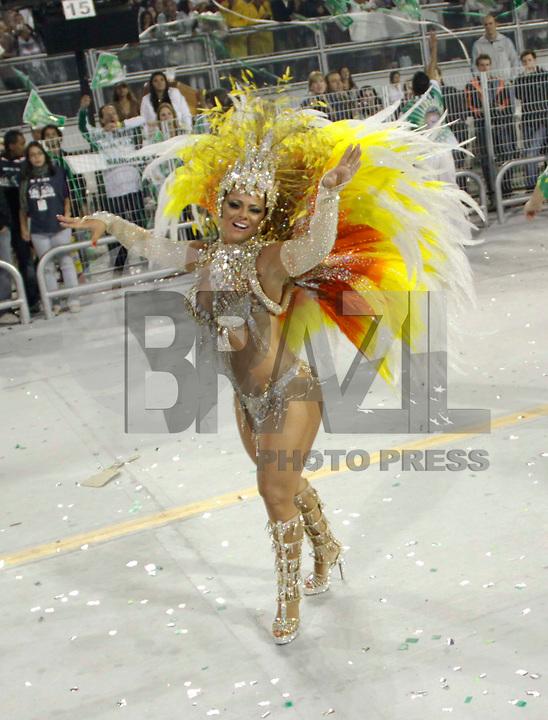 SÃO PAULO, SP, 04 DE MARÇO DE 2011 - CARNAVAL 2011 / MANCHA VERDE - A rainha de bateria Viviane Araújo, da Mancha Verde, durante o primeiro dia dos desfiles as escolas do Grupo Especial de São Paulo, no Sambódromo do Anhembi, zona norte da capital paulista, na madrugada deste sábado. (FOTO: WILLIAM VOLCOV / NEWS FREE).