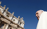 Papa Francesco arriva all'udienza generale del mercoledi' in Piazza San Pietro, Citta' del Vaticano, 8 novembre, 2017.<br /> Pope Francis arrives to lead his weekly general audience in St. Peter's Square at the Vatican, on November 8, 2017.<br /> UPDATE IMAGES PRESS/IsabellaBonotto<br /> <br /> STRICTLY ONLY FOR EDITORIAL USE