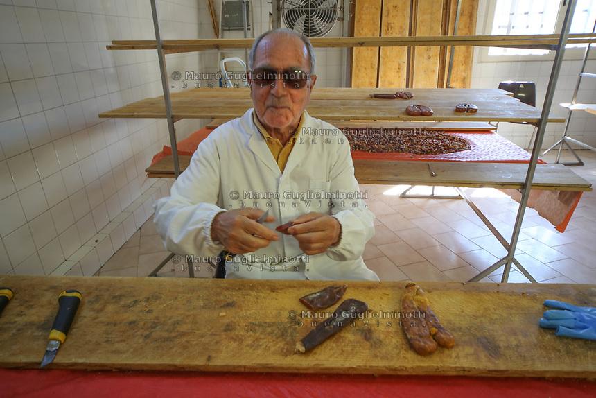 Bottarga di muggine- azienda l'oro di Cabras dei fratelli Manca - il titolare signor Mario al lavoro il proprietario al lavoro