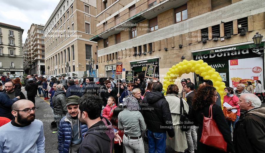 - NAPOLI 8 MAR  2014 -  McDonald's, continua lo sciopero dei lavoratori, il presidio per la festa della donna in piazza Municipio