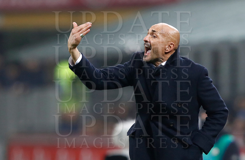 Calcio, Serie A: Inter - Napoli, Milano, stadio Giuseppe Meazza (San Siro), 11 marzo 2018.<br /> Inter's coach Luciano Spalletti speaks to his players during the Italian Serie A football match between Inter Milan and Napoli at Giuseppe Meazza (San Siro) stadium, March 11, 2018.<br /> UPDATE IMAGES PRESS/Isabella Bonotto