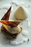 """Europe/France/Midi-Pyrénées/46/Lot/Cahors: Dacquoise aux noisettes, chocolat blanc et crème glacée truffée - Recette de Gilles Marre du restaurant """"Le Balandre"""""""