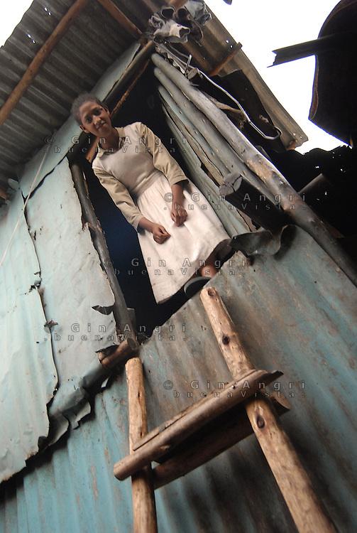Addis Abeba,Etiopia. Ragazza, aiutata dall'ong Il Sole, nella propria casa di fortuna..Girl, helped from italian ngo Il Sole, in her slum