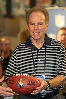 Ball mit dem Logo des Super Bowl XLV in den Händen von Roger Staubach<br /> Vorstellung Logo Super Bowl XLV, Super Bowl XLIV Pressekonferenzen *** Local Caption *** Foto ist honorarpflichtig! zzgl. gesetzl. MwSt. Auf Anfrage in hoeherer Qualitaet/Aufloesung. Belegexemplar an: Marc Schueler, Alte Weinstrasse 1, 61352 Bad Homburg, Tel. +49 (0) 151 11 65 49 88, www.gameday-mediaservices.de. Email: marc.schueler@gameday-mediaservices.de, Bankverbindung: Volksbank Bergstrasse, Kto.: 52137306, BLZ: 50890000