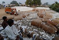 INDIA Madhya Pradesh , Kasrawad, cotton farming, ginning factory, cotton in jute bales / INDIEN Madhya Pradesh , Baumwollanbau, Entkernungsfabrik
