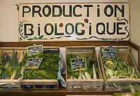 Europe/France/Poitou-Charentes/79/Deux- Sèvres/Niort;Aux Halles de Niort étal de légumes de l'agriculture biologique