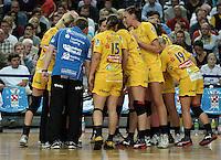 """1. Bundesliga Handball Damen - Frauen Handball BL DHB - Arena Leipzig - HC Leipzig : TSV Bayer 04 Leverkusen """"Handballelfen"""" - im Bild: auszeit Timeout HCL Team . Foto: Norman Rembarz..Norman Rembarz , Autorennummer 41043728 , Augustenstrt. 2, 04317 Leipzig, Tel.: 01794887569, Hypovereinsbank: BLZ: 86020086, KN: 357889472, St.Nr.: 231/261/06432 - Jegliche kommerzielle Nutzung ist honorar- und mehrwertsteuerpflichtig! Persönlichkeitsrechte sind zu wahren. Es wird keine Haftung übernommen bei Verletzung von Rechten Dritter. Autoren-Nennung gem. §13 UrhGes. wird verlangt. Weitergabe an Dritte nur nach  vorheriger Absprache.."""