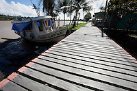 Chamada de avenida Marinheiro a longa ponte de madeira acompanha a orla da vila.<br /> <br /> Vila Progresso.<br /> <br /> Com a criação da Convenção sobre Diversidade Biológica - CDB -  tratado da Organização das Nações Unidas,  e a ratificação do protocolo de Nagoia em  2010,   se inicia um processo de organização para os  Povos e Comunidades Tradicionais em  busca de maior  qualidade de vida não apenas na Amazônia, mas em todo  mundo. <br /> <br /> Assim, em dezembro de 2013 a Rede Grupo de Trabalho Amazônico – GTA, em parceria com a Regional GTA/Amapá, o Conselho Comunitário do Bailique, Colônia de Pescadores Z-5, IEF, CGEN/DPG/SBF/MMA, juntamente com 36 comunidades do Arquipélago do Bailique, inicia o processo de criação do primeiro protocolo comunitário na Amazônia, instrumento que regula relações comerciais amparado por leis ambientais, estabelecendo o mercado justo, proteção da biodversidade,  entre outros . <br /> <br /> Desta forma, após dezenas de encontros, debates e oficinas,  as Comunidades Tradicionais do Bailique, articuladas pelo GTA,  se reuniram durante os dias 26, 27 e 28 de fevereiro, onde os moradores, em assembléia geral ordinária, definiram sua personalidade jurídica   criando uma associação para atuação comercial, votando seu estatuto e estabelecendo os diversos grupos de trabalho necessários para a gestão do Protocolo Comunitário.<br /> <br /> O encontro na comunidade São João Batista no furo do macaco(igarapé que dá acesso a vila), foz do Amazonas, recebeu cerca de 100 lideranças de 28 comunidades  nestes dias , que chegavam de barcos e canoas acompanhados por suas famílias<br /> <br /> Durante o debate,  representantes  do Ministério do Meio Ambiente, Ministério Público Federal, Fundação Getúlio Vargas, Embrapa e Conab esclareciam dúvidas e indicavam caminhos para fortalecer o primeiro protocolo comunitário na Amazônia.<br /> Arquipélago do Bailique, Vila Progresso, Macapá, Amapá, Brasil.<br /> Foto Paulo Santos