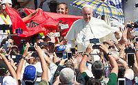 Papa Francesco saluta i fedeli al termine della messa per la canonizzazione di Madre Teresa di Calcutta in Piazza San Pietro, Citta' del Vaticano, 4 settembre 2016.<br /> Pope Francis greets faithful at the end of a mass for the canonization of Mother Teresa in St. Peter's Square at the Vatican, 4 September 2016.<br /> <br /> UPDATE IMAGES PRESS/Riccardo De Luca<br /> <br /> STRICTLY ONLY FOR EDITORIAL USE