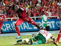 CALI -COLOMBIA-01-04-2014. Yamilson Rivera (Izq) del América de Cali  disputa el balón con Wainer Cadena (Der) del Barranquilla FC durante partido por la fecha 11 del Torneo Postobón I 2014 jugado en el estadio Pacual Guerrero de la ciudad de Cali./ Yamilson Rivera (L) of America de Cali fights for the ball with Wainer Cadena (R) of Barranquilla FC during the match for the 11th date of Postobon Tournament I 2014 at Pascual Guerrero stadium in Cali city. Photo: VizzorImage/Juan C. Quintero/STR