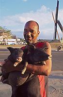 Cuba, Plaza de la Revolucion  in Santiago de Cuba, Mann mit Schweinen