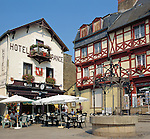 France, Brittany, Département Morbihan, Josselin: Hotel and Cafe in town square | Frankreich, Bretagne, Département Morbihan, Josselin: Hotel und Cafe in der Altstadt