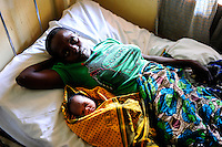 TANZANIA, Korogwe, village Kwalukonge, KWALUKONGE HEALTH CENTRE, mother after delivery of her baby / TANSANIA, Korogwe, KWALUKONGE HEALTH CENTRE, Krankenhaus der Rosminian Fathers und Usambara Sisters in Kwalukonge, Mutter nach Entbindung