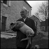 Cajarc (Lot). 17 Avril 1965.   Georges Pompidou et son epouse dans leur proprietee.