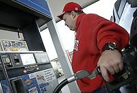 John Shumate, of Alexandria, fills up at a Sunoco gas station Thursday, Nov. 16, 2006 in Pataskala, Ohio.<br />