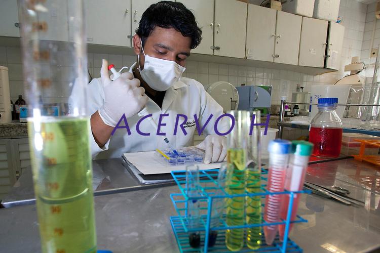 Biólogo posa para fotografia no laboratório do Instituto de Ciências da Saúde da Ufpa, instalado no hospital Barros Barreto.<br /> Belém, Pará, Brasil.<br /> Foto Paulo Santos<br /> 14/11/2014