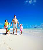 Famille marchant sur la plage, îlot Nokanhoui, Ile des Pins, Nouvelle-Calédonie