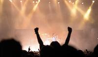 Das Festival With Full Force geht in die 18. Runde. 60 Bands aus der Hardcore-, Punk- und Metallszene haben sich auf dem haertesten Acker Deutschlands nahe Roitzschjora versammelt. Dazu gesellen sich nach Angaben der Veranstalter Sven Borges, Mike Schorler und Roland Ritter fast 30000 Besucher aus aller Welt. Drei Tage lassen die Bands ihre stromgestaehlten Gitarren gluehen und pusten per Mega-Boxenwand das Gras von der Landebahn des Sportflugplatzes. im Bild:  Matthew Tuck von Bullet for my Valentine gerahmt.  Foto: Alexander Bley