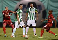 MEDELLÍN -COLOMBIA-01-06-2016. Luis Paez (Izq) de Rionegro Águilas disputa el balón con Alexander Mejia (Der) de Atlético Nacional durante partido de ida por los cuartos de final de la Liga Águila I 2016 jugado en el estadio Alberto Grisales de la ciudad de Rionegro./ Luis Paez (L) of Rionegro Aguilas fights for the ball with Alexander Mejia (R) of Atletico Nacional during the second leg match for the final quaters of the Aguila League I 2016 played at Alberto Grisales stadium in Rionegro city. Photo: VizzorImage/ León Monsalve /Str