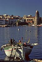 Europe/France/Languedoc-Roussillon/66/Pyrénées-Orientales/Collioure: barques catalanes des pécheurs et maisons sur le port et l'église avec son clocher dome qui fut l'ancien phare du port<br /> PHOTO D'ARCHIVES // ARCHIVAL IMAGES<br /> FRANCE 1980