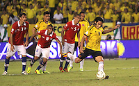 BARRANQUILLA -COLOMBIA- 11 -10-2013. Falcao Garcia  de Colombia se dispone  a patear el segundo penalty que convirtio y con el cual  empato el partido contra Chile y reafirmo la clasificaion al mundial en Brasil 2014 ,partido correspondiente para las eliminatorias al mundial de Brasil 2014 disputado en el estadio Metropolitano de Barranquilla   / Falcao Garcia of Colombia prepares to kick the second penalty that became and which tied the match against Chile and to reaffirm the global clasificaion in Brazil 2014 qualifying game for the World Cup for Brazil 2014 match at the Metropolitano stadium in Barranquilla  .Photo: VizzorImage / Felipe Caicedo /  Staff /