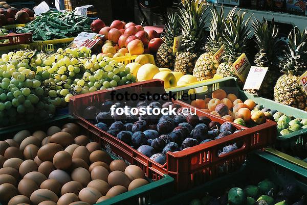 Fruits displayed at the farmer's market in Santa Maria del Cami<br /> <br /> Frutas presentadas en el mercado de Santa Maria del Camí<br /> <br /> Obst auf dem Wochenmarkt in Santa María de Cami<br /> <br /> 2700 x 1809 px<br /> 150 dpi: 45,72 x 30,63 cm<br /> 300 dpi: 22,86 x 15,32 cm<br /> Original: 35 mm