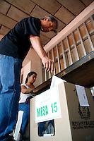 CALI -COLOMBIA. 15-06-2014. Colombianos ejercen su derecho al voto en Cali durante la segunda vuelta de la elección de Presidente y vicepresidente de Colombia que se realiza hoy 15 de junio de 2014 en todo el país./ Colombians exert their right to vote in Cali during the second round of the election of President and vice President of Colombia that takes place today June 15, 2014 across the country. Photo: VizzorImage / Juan C Quintero /Str
