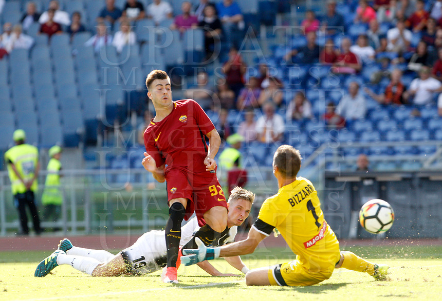 Calcio, Serie A: Roma vs Udinese. Roma, stadio Olimpico, 23 settembre 2017.<br /> Roma's Stephan El Shaarawy, left, kicks the ball to score a goal as Udinese's goalkeeper Albano Bizzarri, right, and Jens Larsen try to stop him during the Italian Serie A football match between Roma and Udinese at Rome's Olympic stadium, 23 September 2017. Roma won 3-1.<br /> UPDATE IMAGES PRESS/Riccardo De Luca