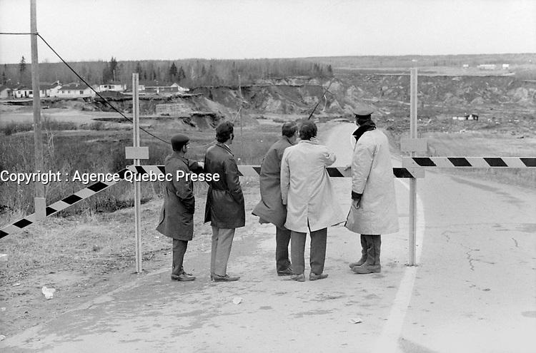 Saint-Jean-Vianney - Périmètre de sécurité, <br /> le 4 mai 1971<br /> <br /> Photographe : Jacques Thibault - Agence Quebec Presse