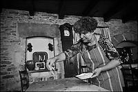Europe/Europe/France/Midi-Pyrénées/46/Lot/Bach:  Auberge Lou Bourdié, Monique Valette prépare le pastis quercynois - elle sucre la pâte //  France, Lot, Bach, Auberge Lou Bourdais, Monique Vallette prepares the Quercy pastis, the sugar paste <br /> <br />  [Non destiné à un usage publicitaire - Not intended for an advertising use]