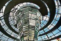 BERLINO / GERMANIA - 2004.Veduta dall'interno della cupola del Reichstag. Costruita in vetro e acciaio dall'architetto Norman Foster autore del grande progetto di restauto del Reichstag,è una delle grandi attrazioni della Berlino riunificata..FOTO LIVIO SENIGALLIESI..BERLIN / GERMANY - 2004.Spiral walkway up to top of dome at Reichstag.PHOTO BY LIVIO SENIGALLIESI