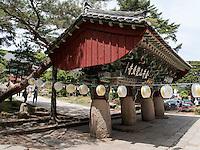 Einsäulentor Iljumun, uddhistischer Beomosa Tempel bei Busan, Gyeongsangnam-do, Südkorea, Asien<br /> one pillat gate Iljumun, buddhist temple Beomosa near Busan,  province Gyeongsangnam-do, South Korea, Asia