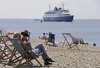 - vacationings on the beach of Portsmouth  town, on the south coast....- villeggianti sulla spiaggia della città di  Portsmouth, sulla costa meridionale