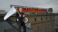 Protest der Anwohner an der Windmühlenstraße 23-31 / Grünewaldstraße 13-19 und Brüderstraße 1-4 - die Häuser, in denen sie wohnen, sollen saniert werden - doch damit verliert das Viertel seinen Charme und die Wohnungen ihre Erschwinglichkeit - Protestler Christian Kuegler verbreitet weithin hörbar das Anliegen der Bewohner auf dem Dach des Gebäudekomplexes..Foto: aif / Norman Rembarz..Jegliche kommerzielle wie redaktionelle Nutzung ist honorar- und mehrwertsteuerpflichtig! Persönlichkeitsrechte sind zu wahren. Es wird keine Haftung übernommen bei Verletzung von Rechten Dritter. Autoren-Nennung gem. §13 UrhGes. wird verlangt. Weitergabe an Dritte nur nach  vorheriger Absprache. Online-Nutzung ist separat kostenpflichtig..