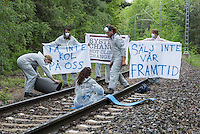 """Klimacamp """"Ende Gelaende"""" bei Elsterheide in der brandenburgischen Lausitz.<br /> Mehrere tausend Klimaaktivisten  aus Europa wollen zwischen dem 13. Mai und dem 16. Mai 2016 mit Aktionen den Braunkohletagebau blockieren um gegen die Nutzung fossiler Energie zu protestieren.<br /> Im Bild: Klimaaktivsten aus Schweden, Oesterreich, Finnland, und Deutschland versuchen die Schienen einer Kohletransportstrecke zu blockieren. Sie haben eine Vorrichtung zum anketten unter den Schienen befestigt und bereiten sich auf die Ankettung vor. Danach warten sie einen Zug ab, der sie im Schrittempo passiert um sich erst dann aneinander festzuketten.<br /> 13.5.2016, Elsterheide/Brandenburg<br /> Copyright: Christian-Ditsch.de<br /> [Inhaltsveraendernde Manipulation des Fotos nur nach ausdruecklicher Genehmigung des Fotografen. Vereinbarungen ueber Abtretung von Persoenlichkeitsrechten/Model Release der abgebildeten Person/Personen liegen nicht vor. NO MODEL RELEASE! Nur fuer Redaktionelle Zwecke. Don't publish without copyright Christian-Ditsch.de, Veroeffentlichung nur mit Fotografennennung, sowie gegen Honorar, MwSt. und Beleg. Konto: I N G - D i B a, IBAN DE58500105175400192269, BIC INGDDEFFXXX, Kontakt: post@christian-ditsch.de<br /> Bei der Bearbeitung der Dateiinformationen darf die Urheberkennzeichnung in den EXIF- und  IPTC-Daten nicht entfernt werden, diese sind in digitalen Medien nach §95c UrhG rechtlich geschuetzt. Der Urhebervermerk wird gemaess §13 UrhG verlangt.]"""
