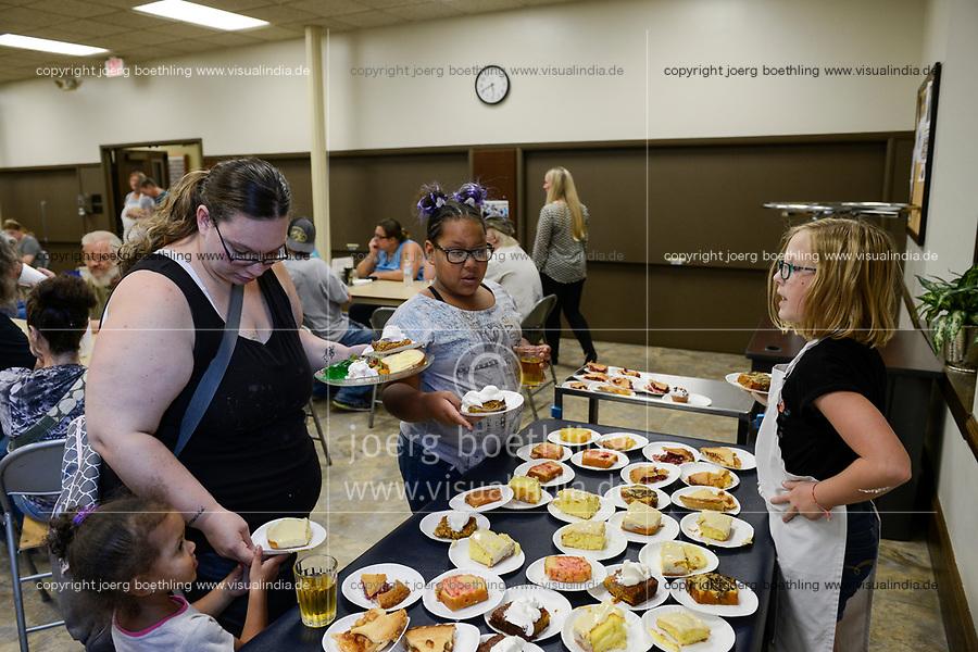 USA, Iowa, Dubuque, food distribution for poor and homeless people / Verteilung von Essen an Obdachlose und arme Menschen