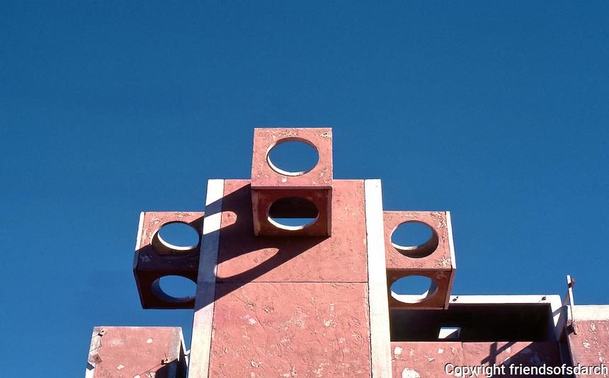 Paolo Soleri: ARCOSANTI. Belfries, main building. Photo '77.