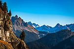 Italien, Suedtirol (Trentino - Alto Adige), Naturpark Fanes-Sennes-Prags: auf dem Dolomiten Hoehenweg Nr. 3 vom Hochplateau Plaetzwiesen zum Strudelkopf mit Blick auf die Cristallogruppe (links) und die Dolomiti d'<br /> Ampezzo   Italy, South Tyrol (Trentino - Alto Adige), Fanes-Sennes-Prags Nature Park: on Dolomiti Alta Via No. 3 above High Plateau Plaetzwiesen with view to Cristallo Group mountains to the left and Dolomiti d'Ampezzo (right)