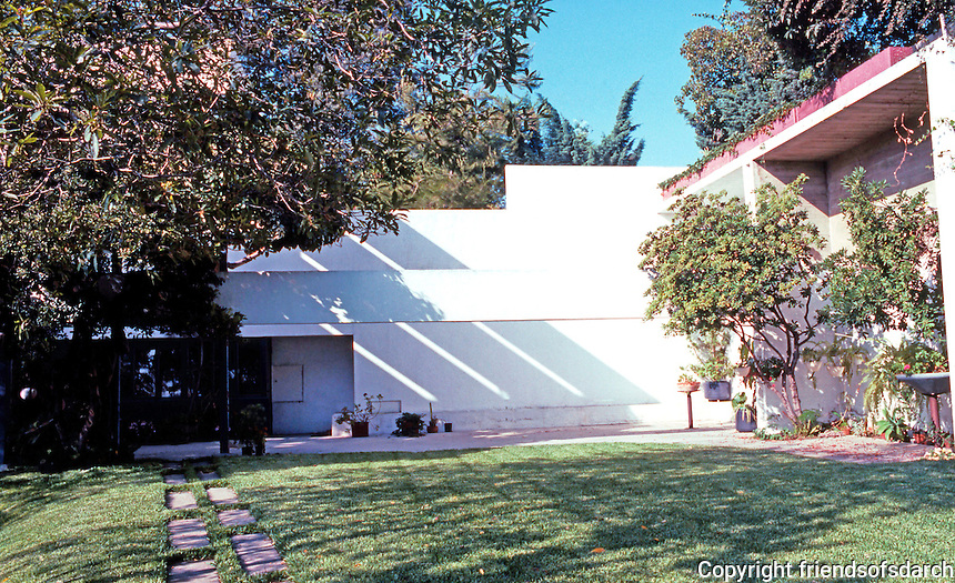 Richard Neutra: Lovell House, grass terrace. Photo '82.
