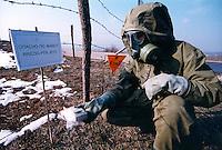 BUJANOVAC / VALLE PRESCEVO / CONFINE SERBIA - KOSOVO 2001.RILEVAMENTO DELLA RADIOATTIVITA' LUNGO LA LINEA DI CONFINE TRA SERBIA E KOSOVO NELLE ZONE COLPITE DAGLI AEREI DELLA NATO CON MUNIZIONI ALL'URANIO IMPOVERITO..FOTO LIVIO SENIGALLIESI..BUJANOVAC / PRESCEVO VALLEY / SERBIA 2001.MEMBER OF YUGOSLAV ARMY SPECIAL TEAM, FINDING OUT RADIOACTIVITY IN THE AREA HIT WITH DEPLETED URANIUM AMMUNITIONS BY DURING NATO STRIKES..PHOTO LIVIO SENIGALLIESI