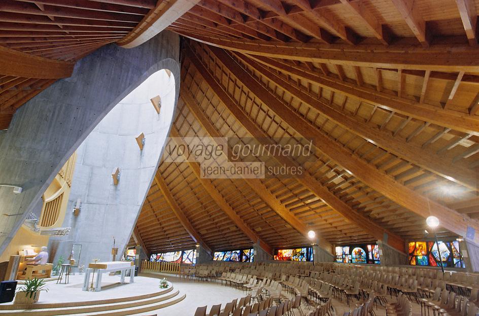 Europe/France/Rhône-Alpes/38/Isère/l'Alpe-d'Huez: Eglise Notre Dame des Neiges Interieur -architecture en forme de tente-vitraux réalisés par l'artiste peintre Arcabas