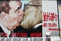 28.12.2018 - Pixação contra Bolsonaro no muro de Berlim na Alemanha