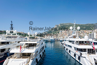 Fuerstentum Monaco, an der Côte d'Azur, Stadtteil La Condamine: Luxusyachten im Port Hercule | Principality of Monaco, on the French Riviera (Côte d'Azur), district La Condamine: luxury yachts in Port Hercule