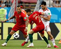 SARANSK - RUSIA, 25-06-2018: Mehdi TAREMI (Der) jugador de RI de Irán disputa el balón con Ricardo QUARESMA y CEDRIC (C) jugador de Portugal durante partido de la primera fase, Grupo B, por la Copa Mundial de la FIFA Rusia 2018 jugado en el estadio Mordovia Arena en Saransk, Rusia. / Mehdi TAREMI (R) player of IR Iran fights the ball with Ricardo QUARESMA and CEDRIC (C) player of Portugal during match of the first phase, Group B, for the FIFA World Cup Russia 2018 played at Mordovia Arena stadium in Saransk, Russia. Photo: VizzorImage / Julian Medina / Cont