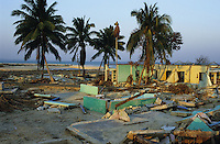 "Asien Indien IND Andamanen und Nikobaren Tsunami Zerstörung durch Seebeben und Tsunami Flutwelle auf Insel Little Andaman Ort Hut Bay -  Flut Welle Meer Ozean Beben Opfer Leid Not Nothilfe humanitäre Hilfe Wasser Wasserversorgung xagndaz | Third world Asia India Andaman and Nicobar Islands Tsunami disaster catastrophe destruction in Hut bay on Little Andaman island earthquake seaquake ocean sea wave flood destroy water aid relief water supply. | [copyright  (c) Joerg Boethling/agenda , Veroeffentlichung nur gegen Honorar und Belegexemplar an / royalties to: agenda  Rothestr. 66  D-22765 Hamburg  ph. ++49 40 391 907 14  e-mail: boethling@agenda-fototext.de  www.agenda-fototext.de  Bank: Hamburger Sparkasse BLZ 200 505 50 kto. 1281 120 178  IBAN: DE96 2005 0550 1281 1201 78 BIC: ""HASPDEHH""] [#0,26,121#]"