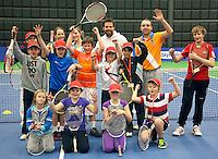 19-12-10, Tennis, Rotterdam, Reaal Tennis Masters 2010, Toernooi Directeur Raemon Sluiter slaat een balletje met kinderen