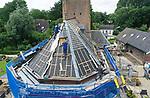 Foto: VidiPhoto<br /> <br /> HEESSELT – Personeel van ambachtelijk aannemer Van der Netten van Stigt werkt maandag aan het dak van de dorpskerk in Heesselt in de West-Betuwe. Behalve dat rijksmonument uit 1849 een ander dak krijgt, worden ook de houten luiken vervangen. Het dakbeschot is vernieuwd en kapotte dakpannen worden vervangen. De renovatiewerkzaamheden aan het dak duren nog twee weken en kosten ruim 100.000 euro. De protestantse gemeente, die er buiten coronatijd iedere twee weken nog een zondagse kerkdienst houdt, krijgt 80 procent van de bouwkosten vergoed uit SIM-gelden en particuliere fondsen. Al eerder is de toren en consistorieruimte opgeknapt. In 2014 is ook het historische Knipscheerorgel gerestaureerd. Het dorp Heesselt telt ruim 400 inwoners. Varik en Heesselt vormen dezelfde kerkelijke protestantse gemeente.