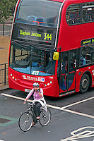 Ciclista e onibus em Londres. Inglaterra. 2008. Foto de Juca Martins.